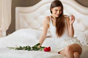 mulher feliz com teste de gravidez foto