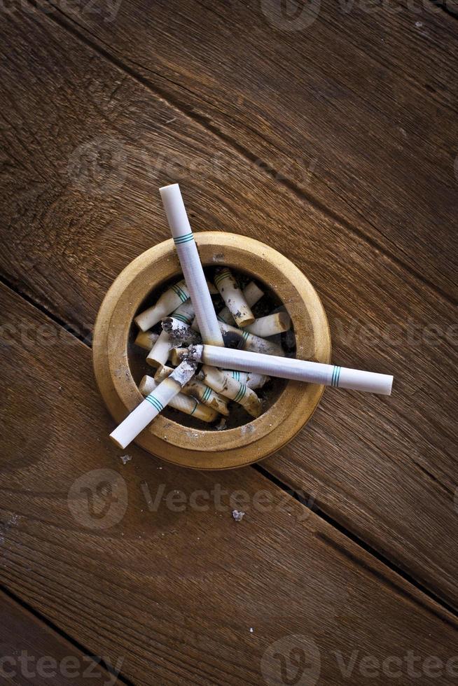 Zigarette auf dem Tisch foto