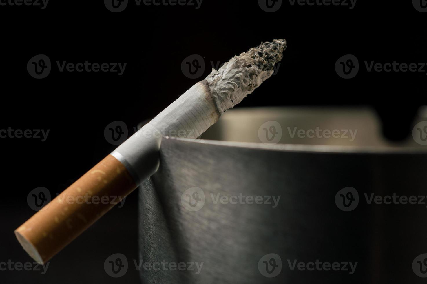 Zigarette am Aschenbecher foto