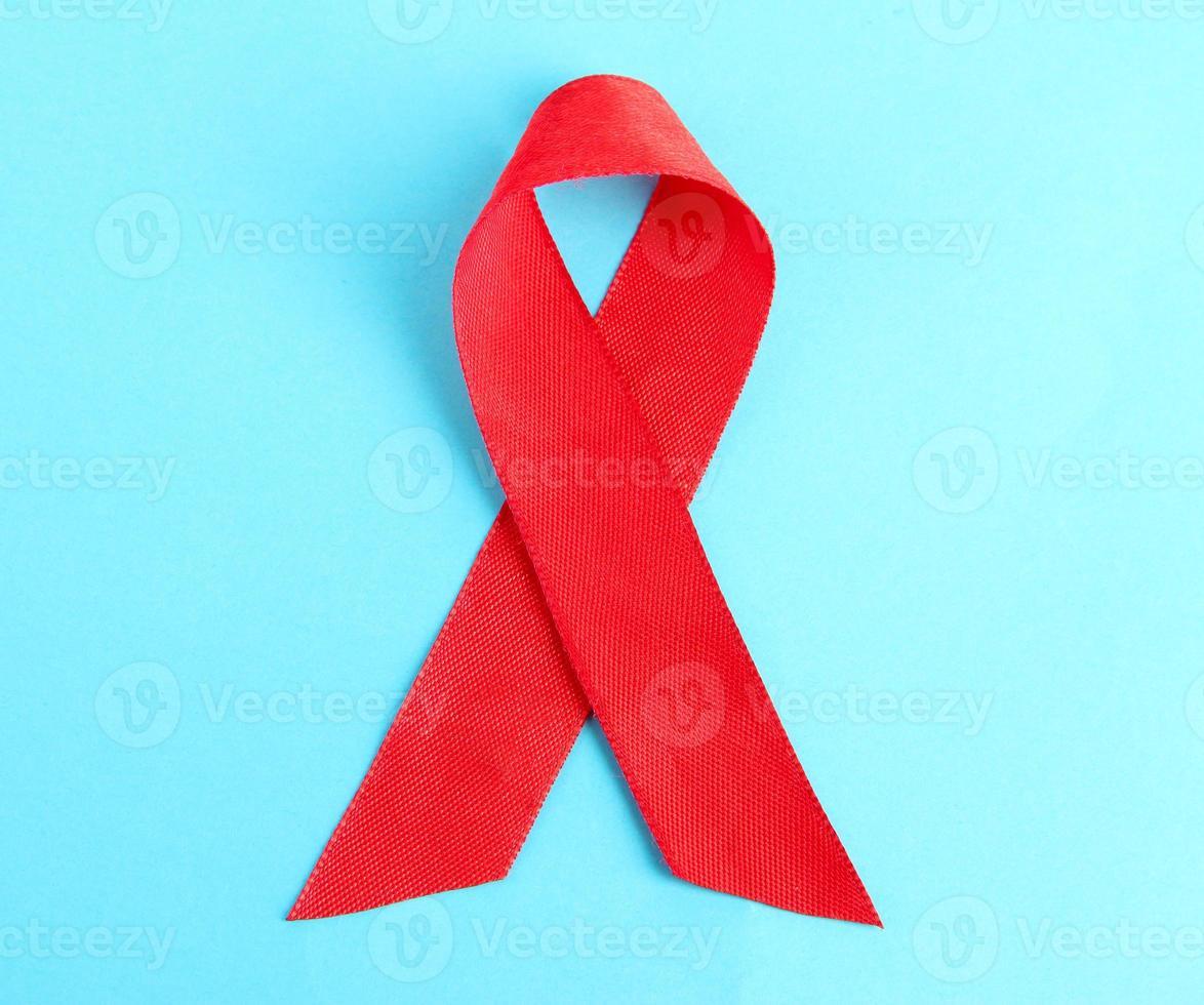 rotes Band HIV, Hilfen auf blauem Hintergrund foto