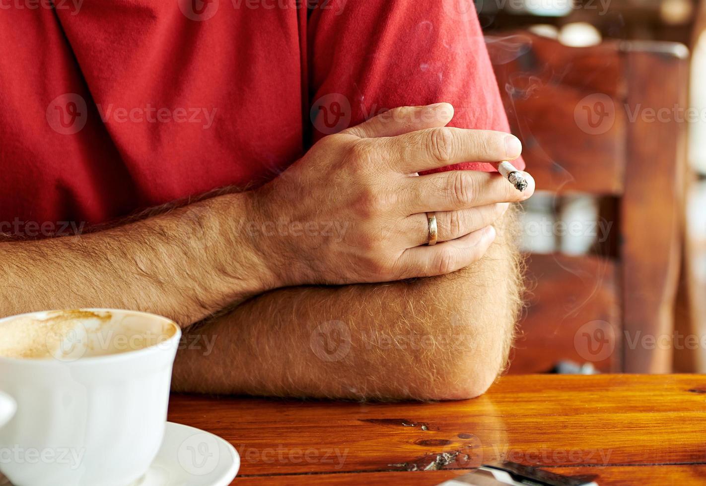 Männerhand mit einer Zigarette foto
