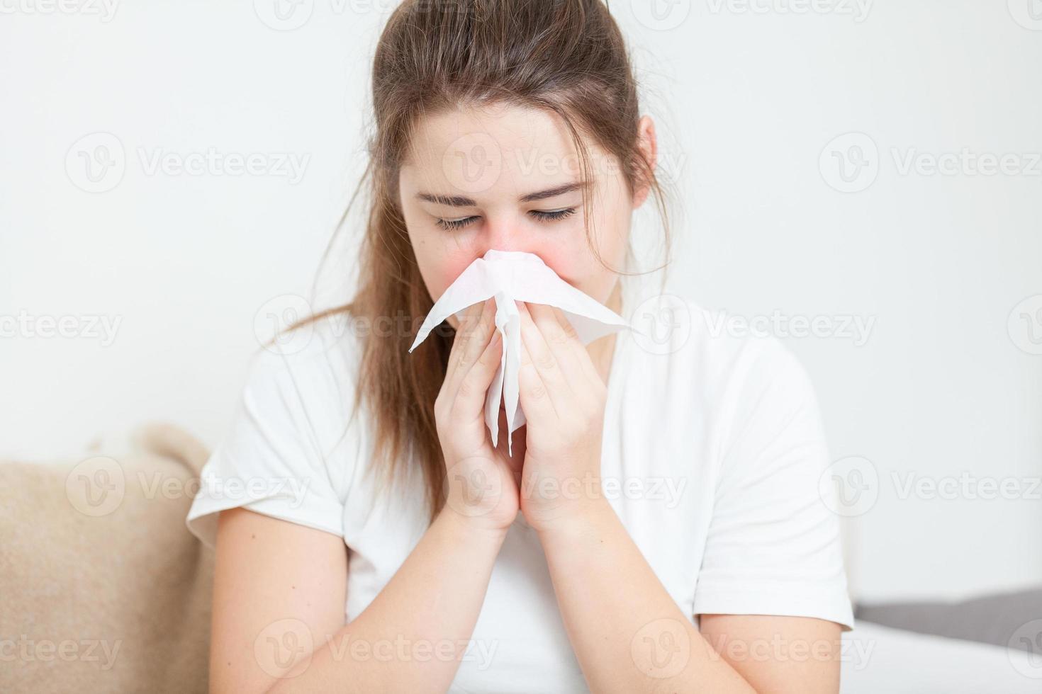 brünette Frau niest foto