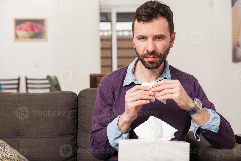 Kerl, der sich zu Hause unwohl fühlt foto