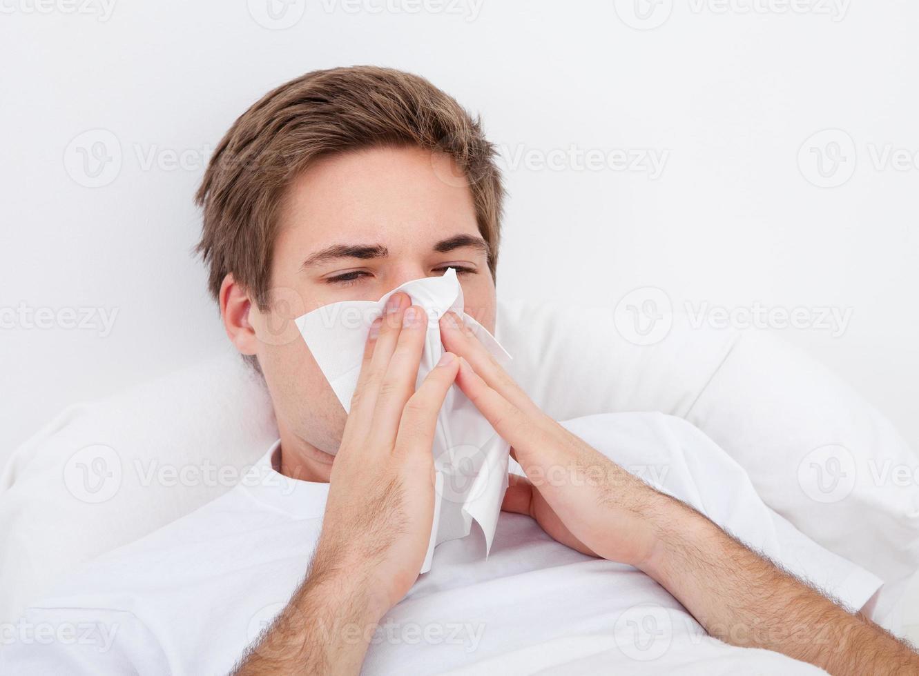 Mann putzte sich die Nase foto