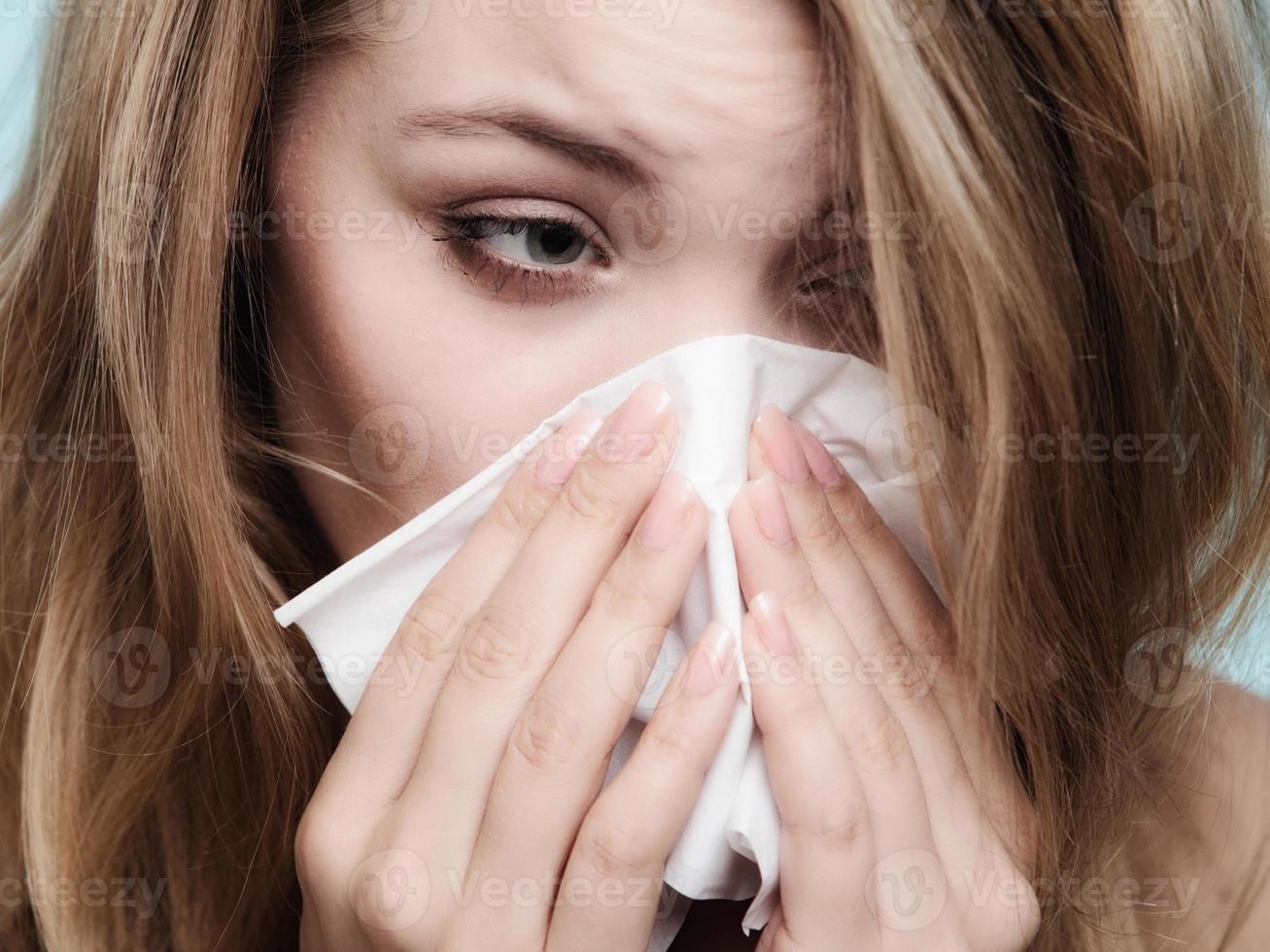Grippe-Allergie. krankes Mädchen, das im Gewebe niest. Gesundheit foto