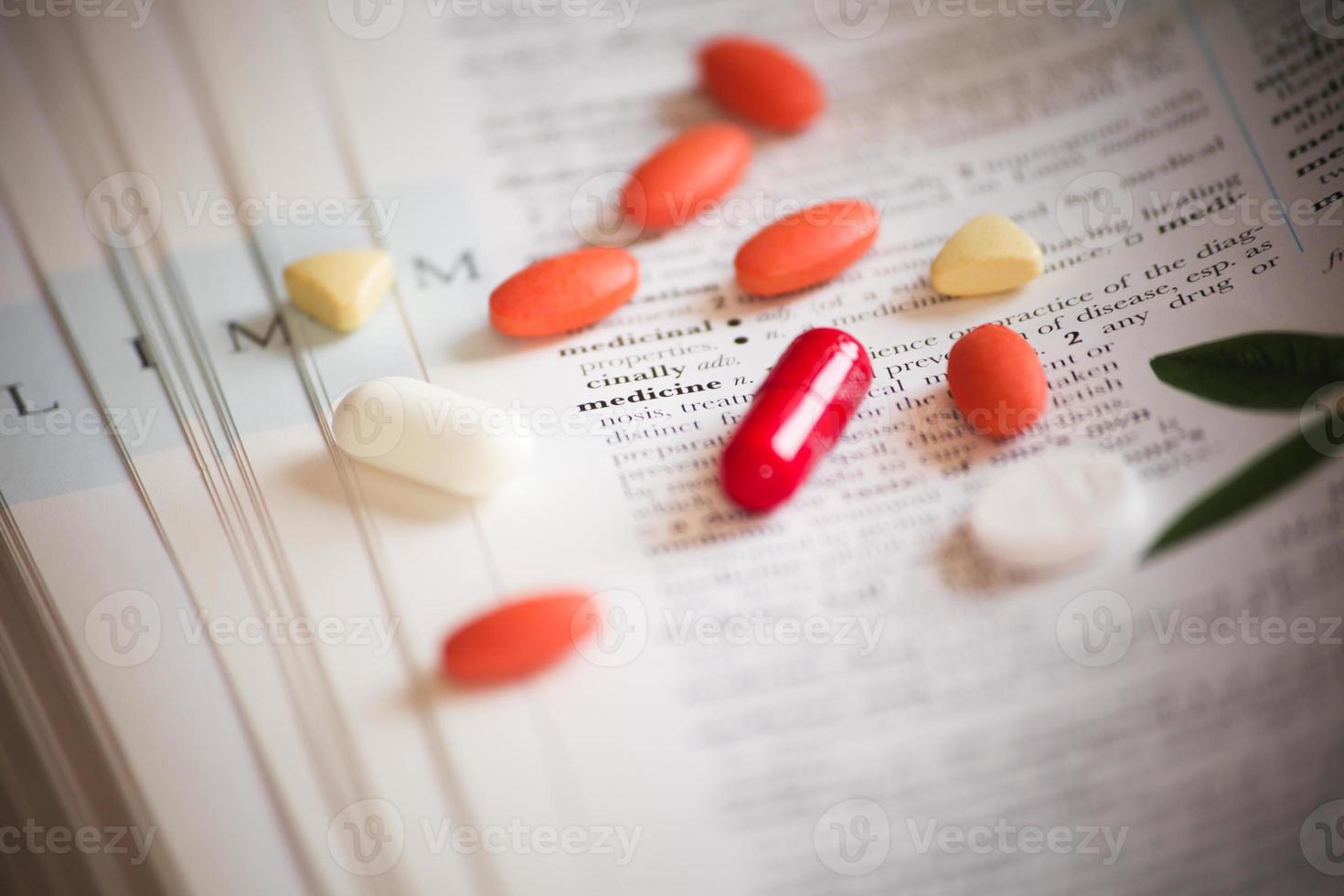 Medizin auf Büchern als medizinischer Hintergrund foto