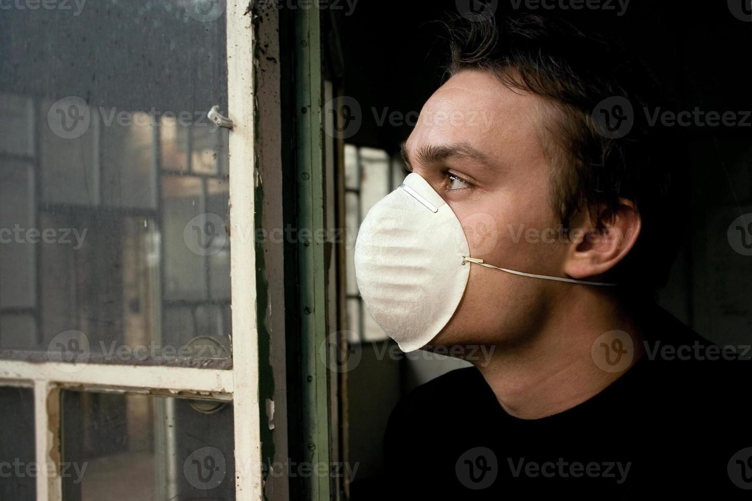 Mann starrt in die verschmutzte Zukunft foto