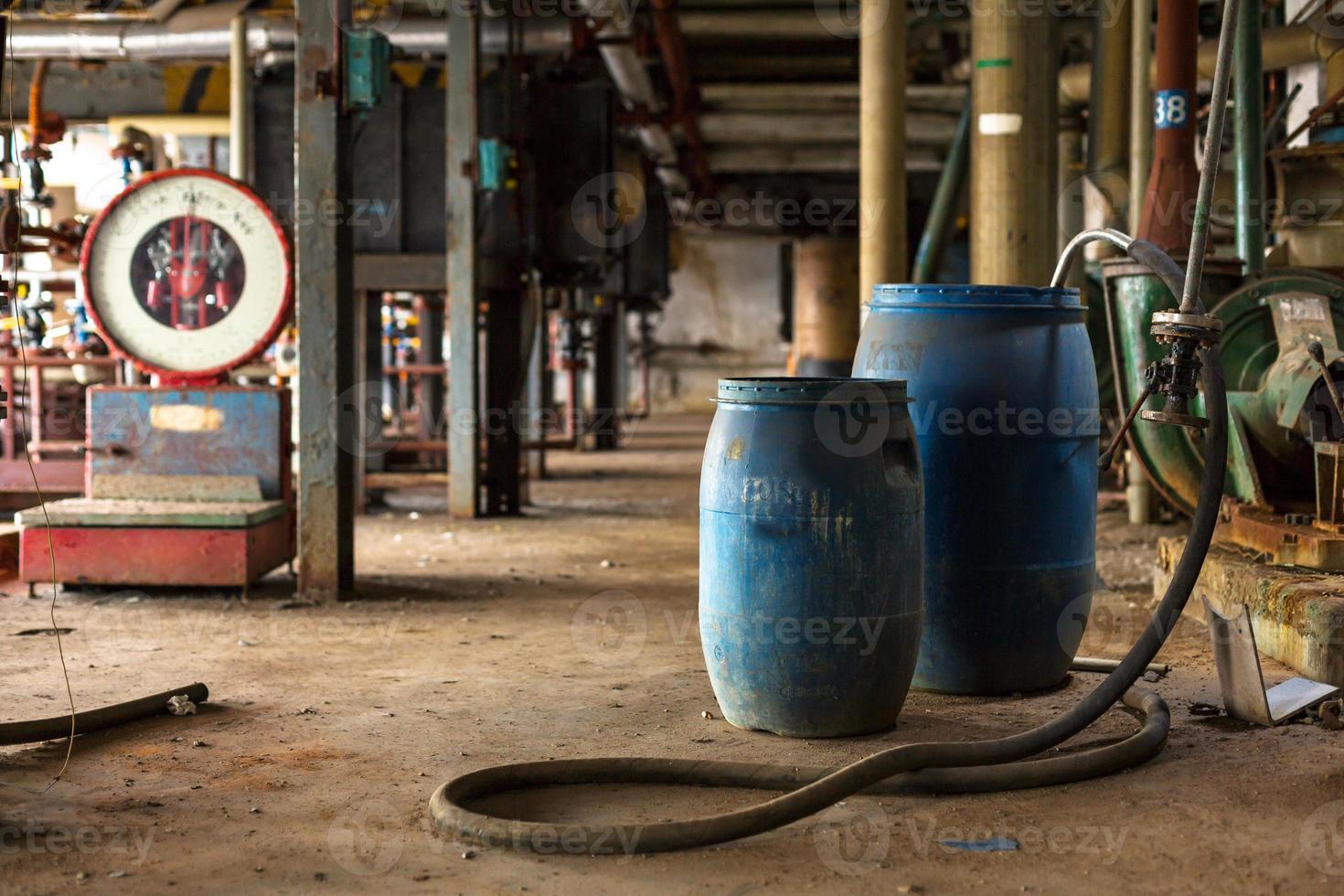 Industrieinnenraum mit Chemietanks foto