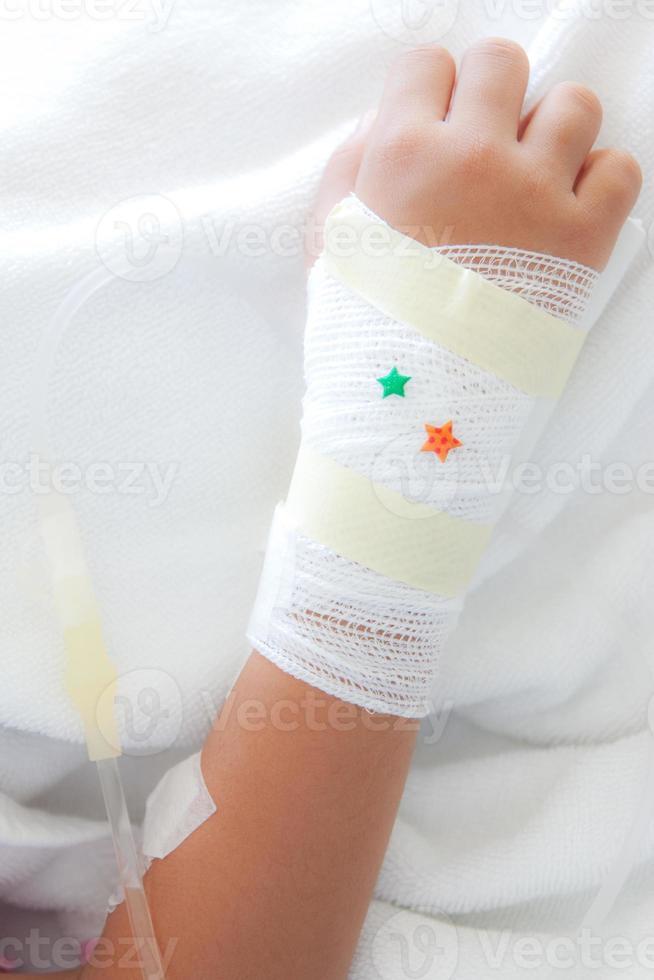 Hand des jungen Patienten foto