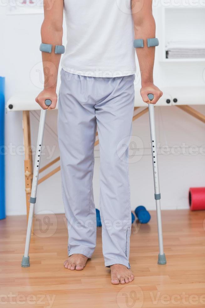 Patient steht mit Krücke foto