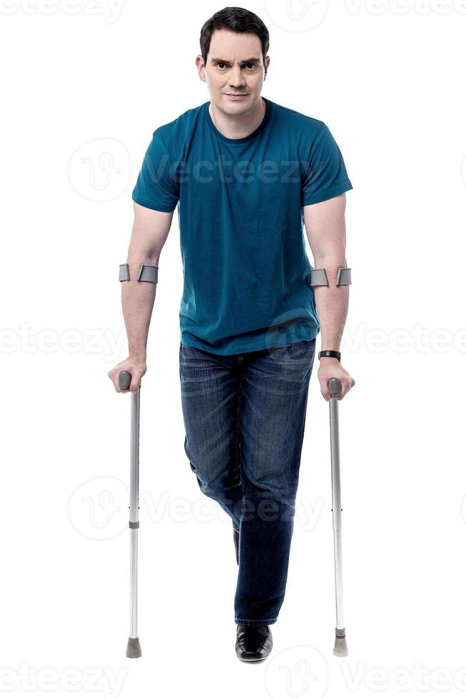 Ich erhole mich von einer Beinverletzung. foto