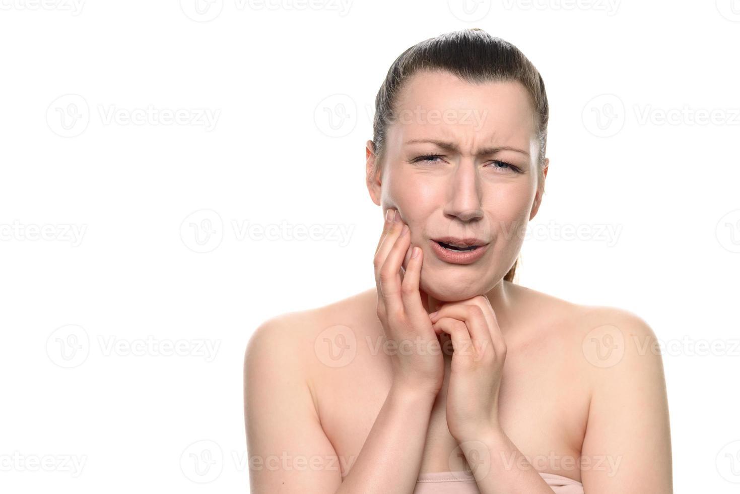 weinende junge Frau, die unter Zahnschmerzen leidet foto