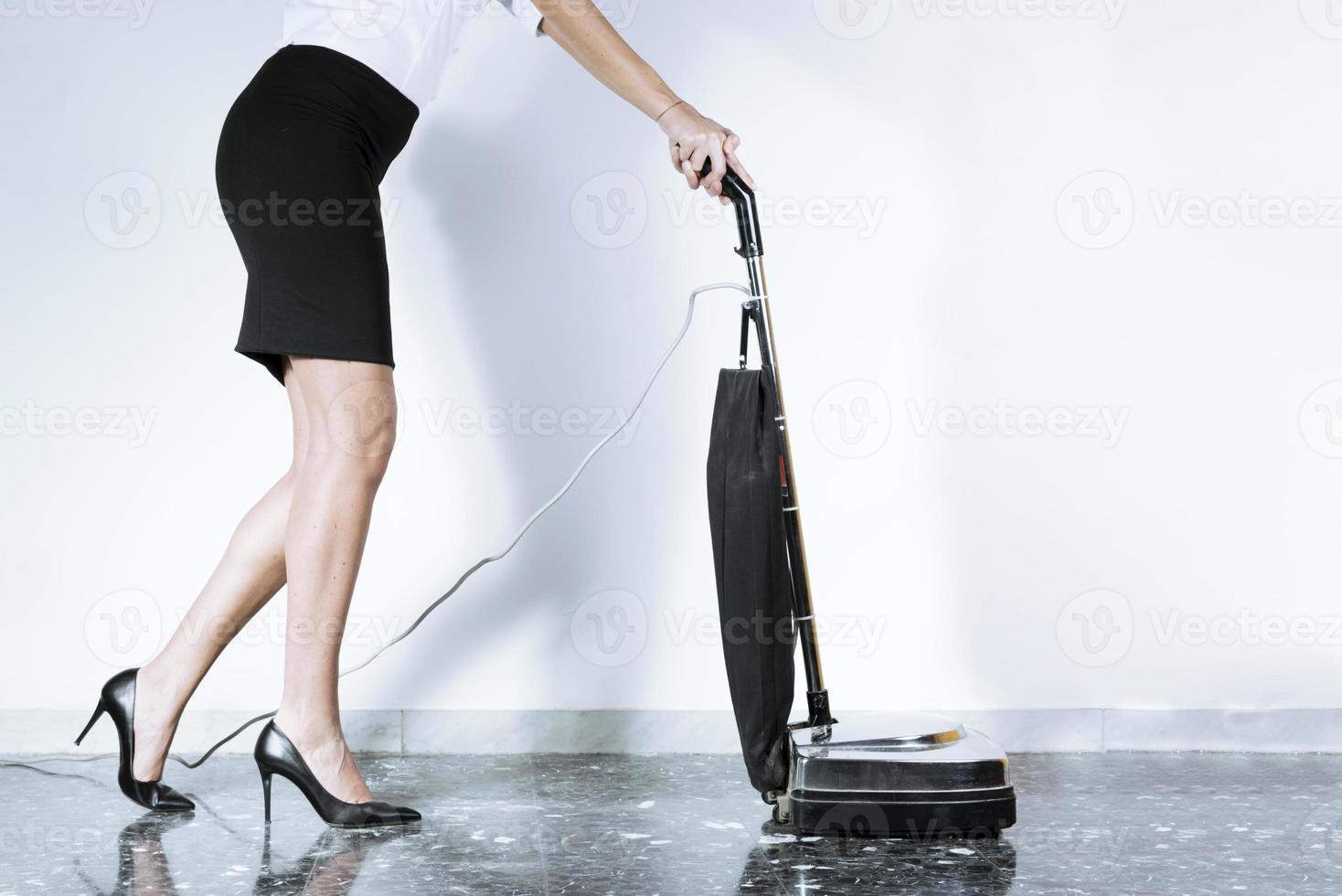 Frau in der Karriere mit Staubsauger foto