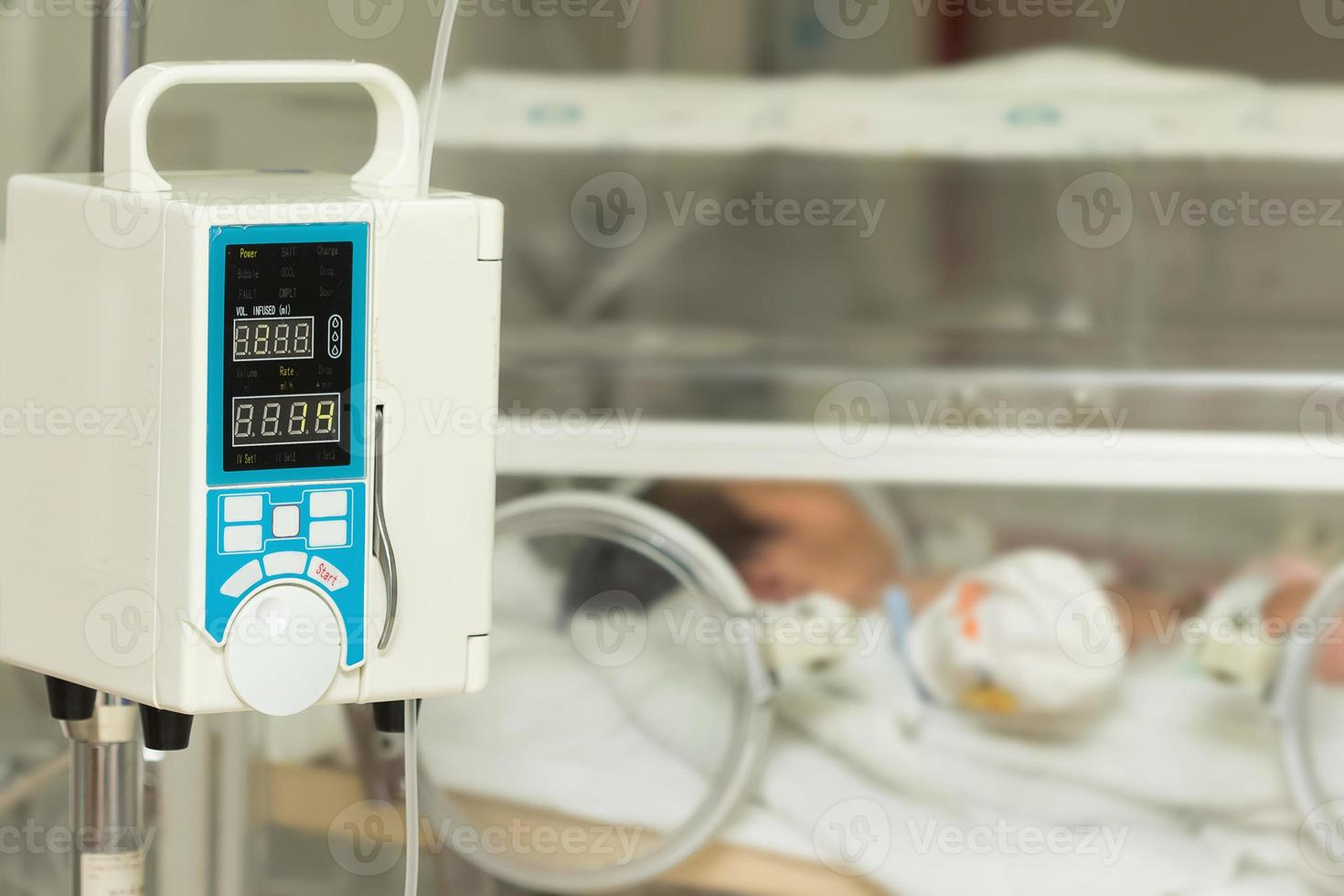 Infusionspumpe, die iv füttert, tropft in Babys Patienten foto