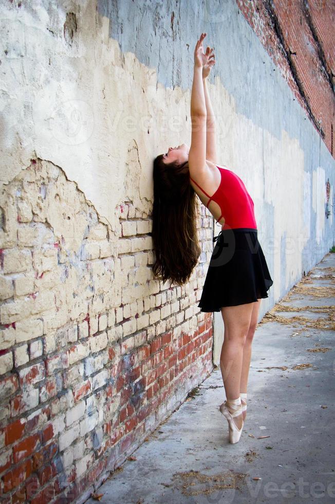 Balletttänzer Kopf an Wand Arme hoch foto