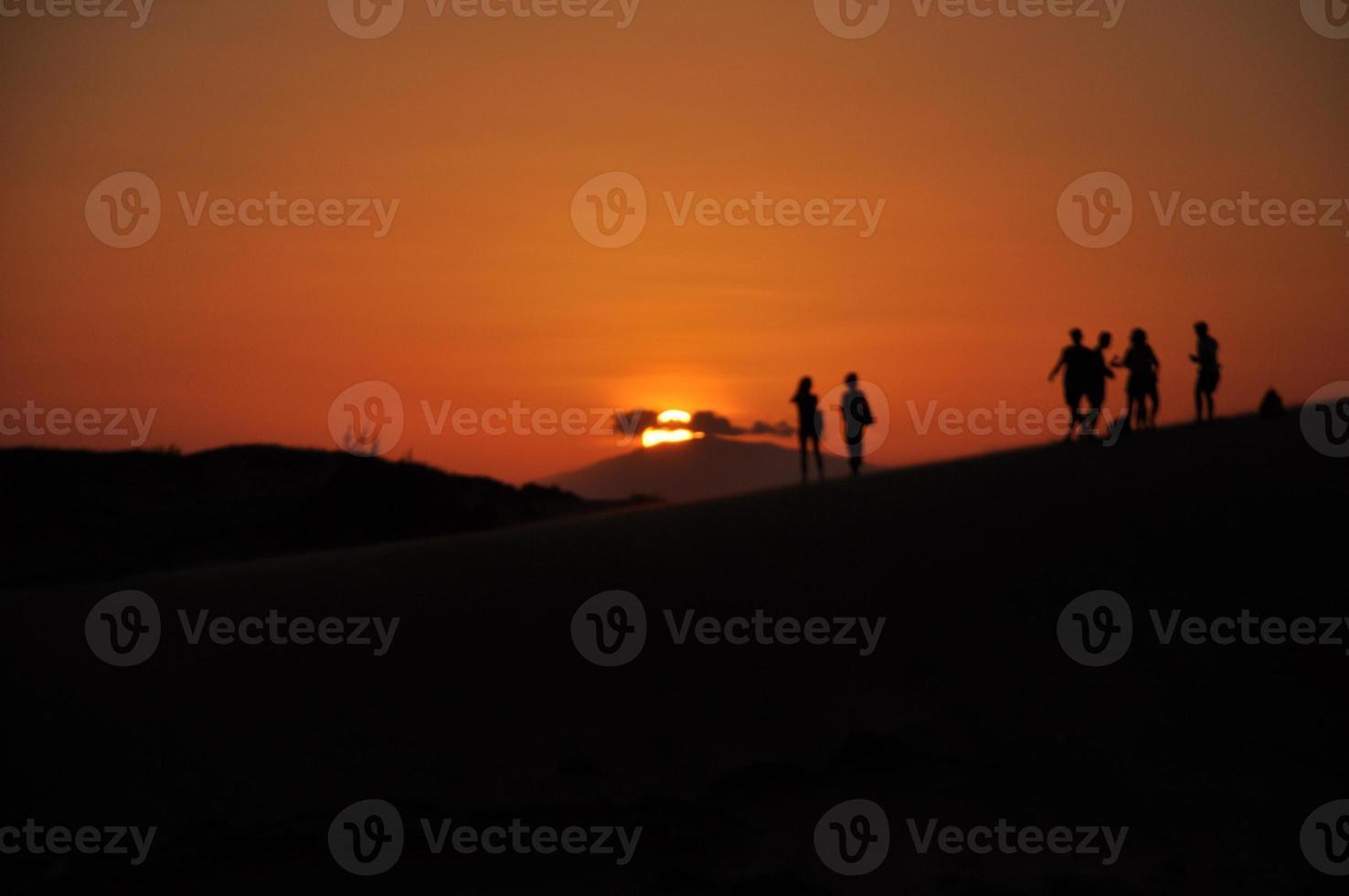 Silhouette des Sonnenuntergangs in roten Sanddünen, Mui Ne, Vietnam foto