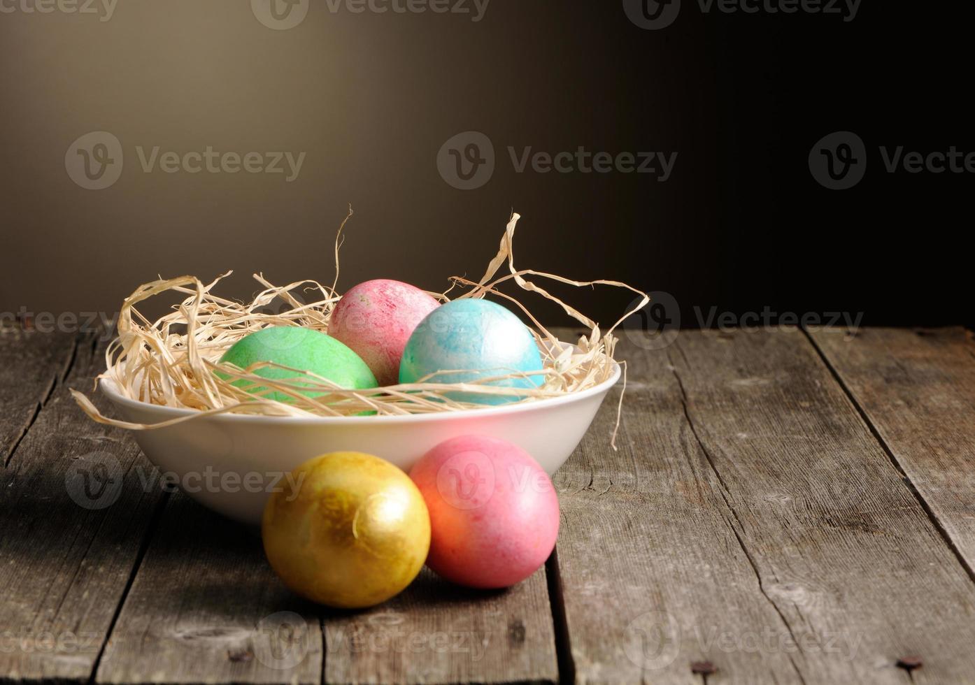 farbige Ostereier im Nest foto