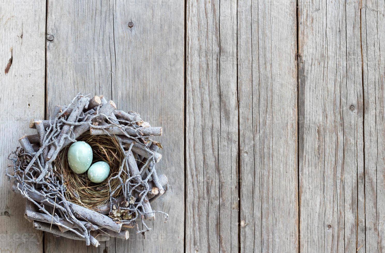 Ostereier im Nest auf Holz foto
