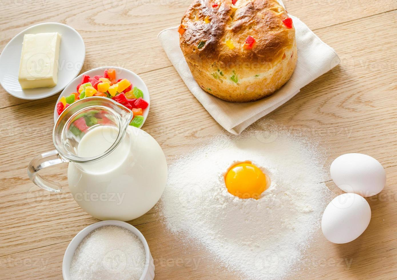 Grundzutaten für süßes Brot (Panettone) foto