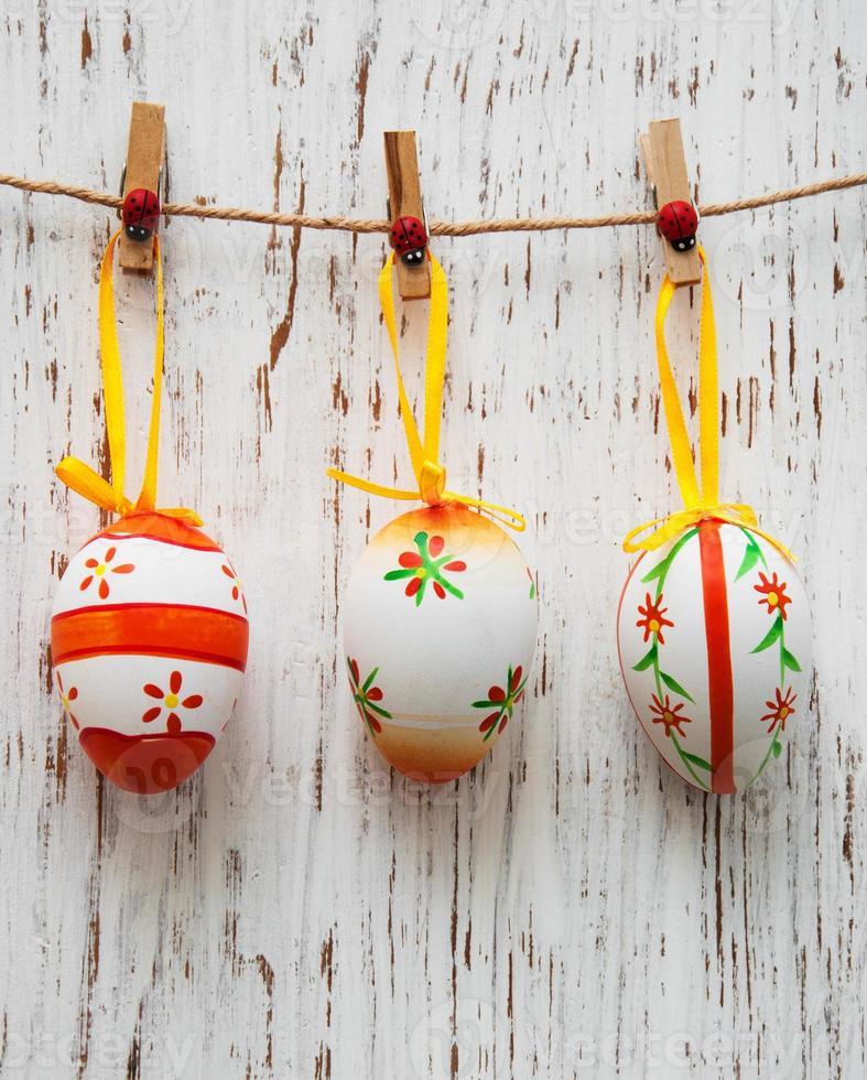 Ostereier hängen an einer Linie foto