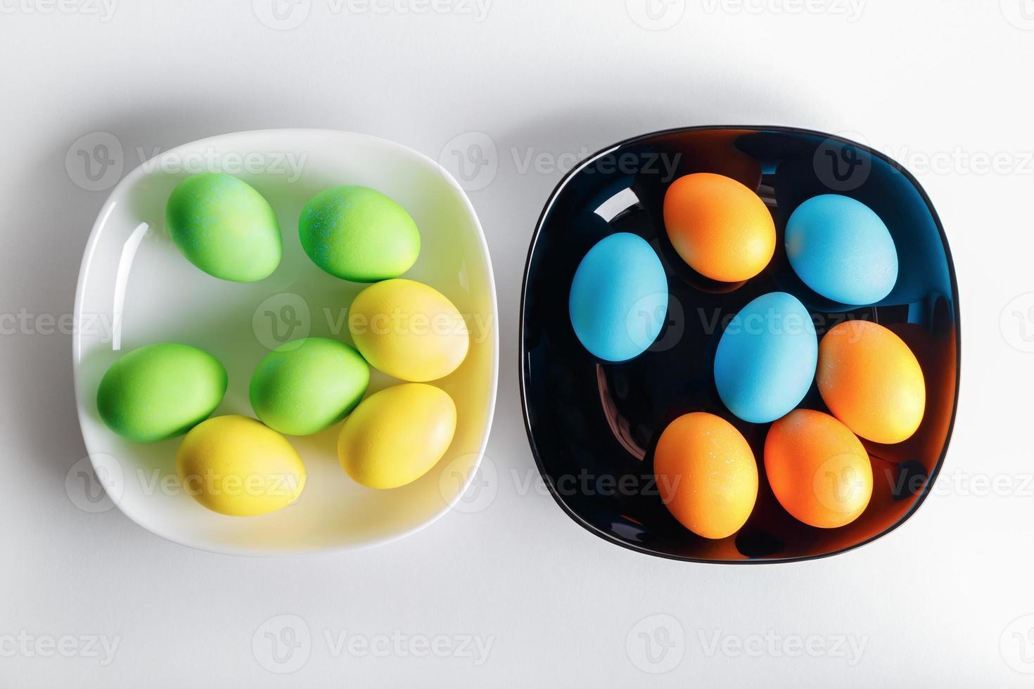 Teller mit Ostereiern foto