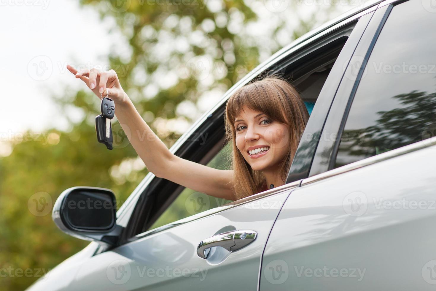 kaukasische Autofahrerfrau lächelnd foto