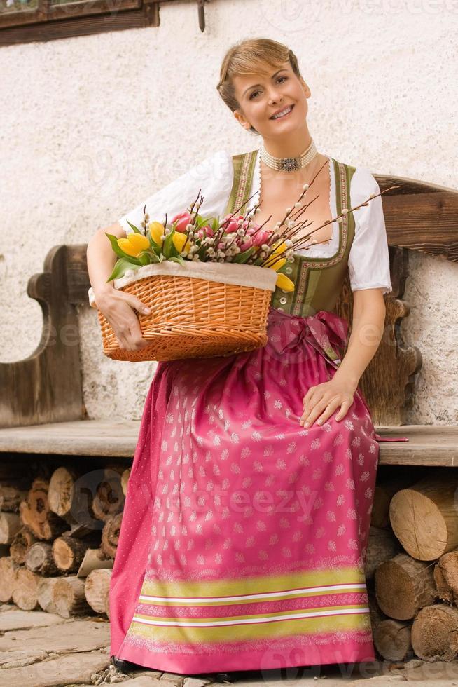 junges Mädchen mit Ostern Blumenstrauß bayerisch foto