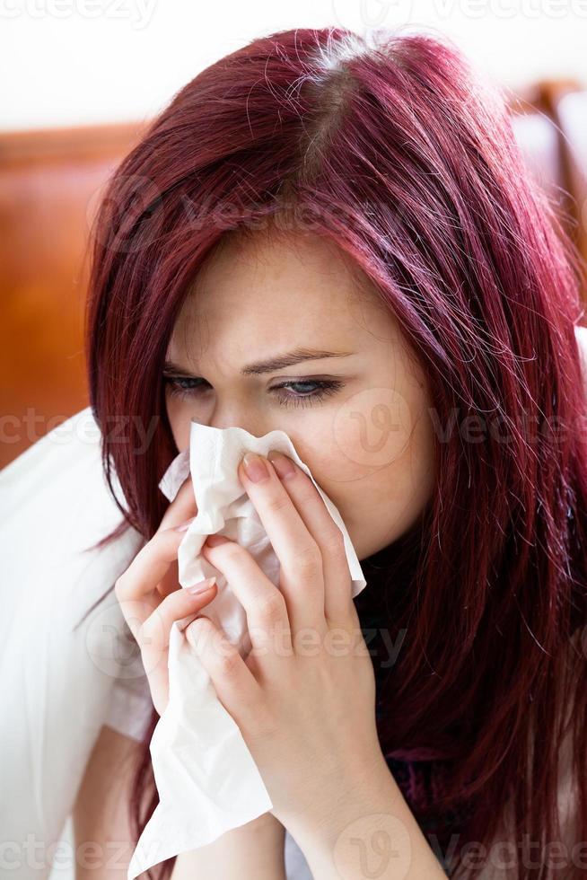 Frau putzt sich die Nase foto