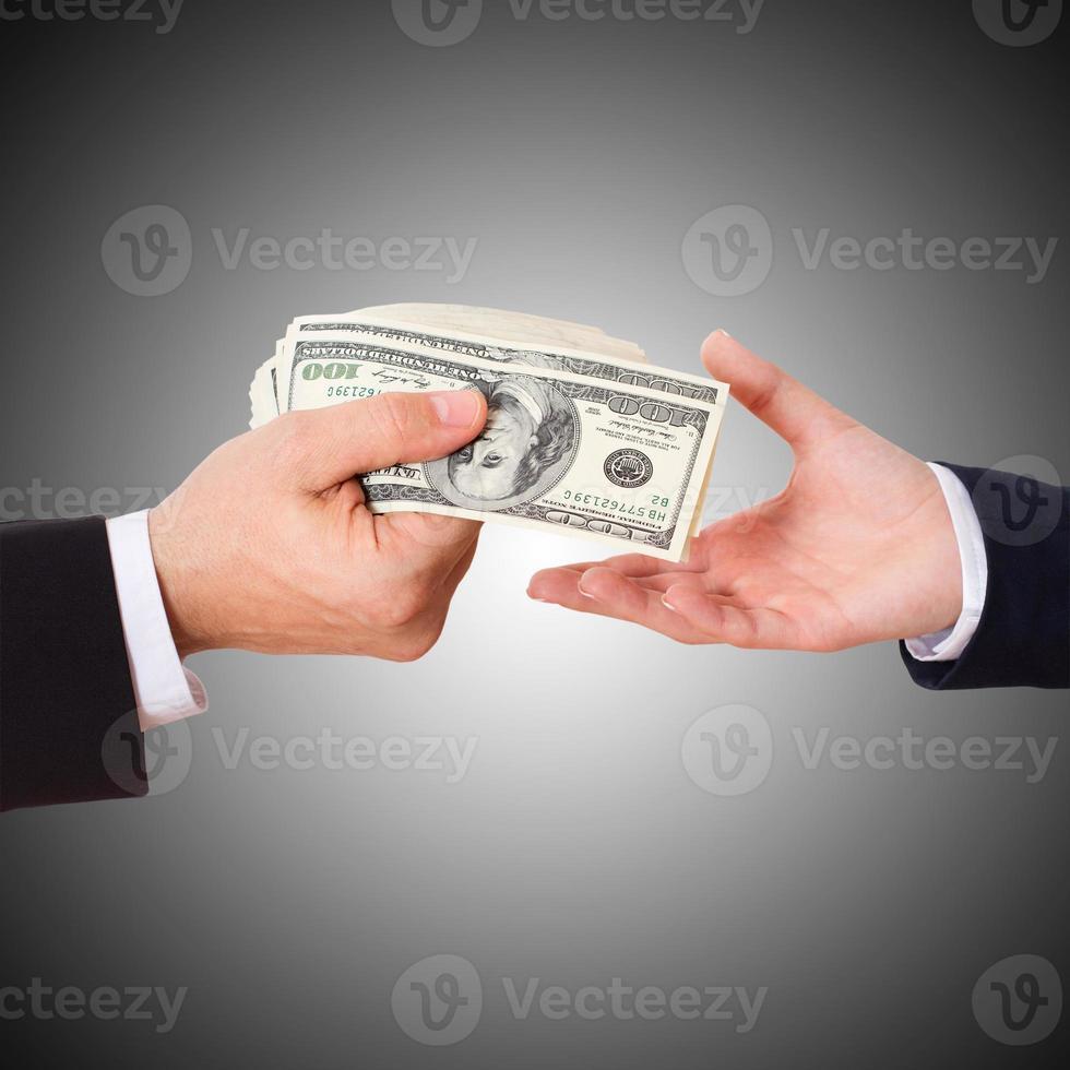 Geschäftsmann, der Bargelddollar in den Händen hält foto
