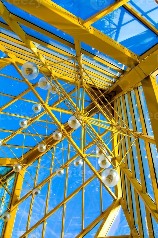 gelbe abstrakte Decke im Büro foto