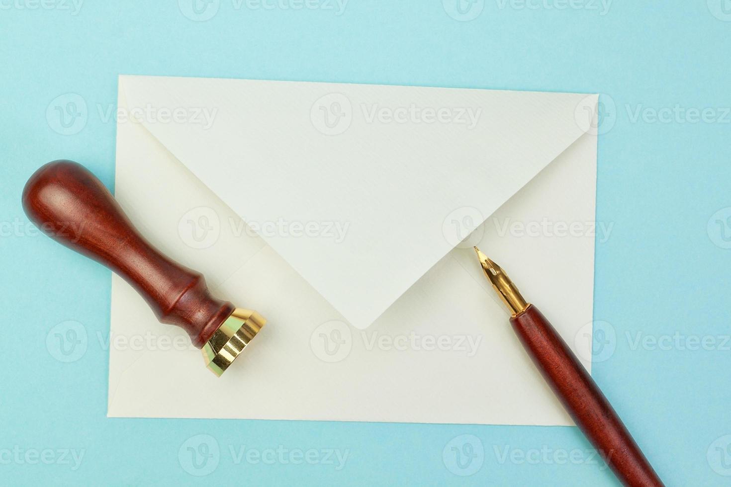 Briefpapier und Bürobedarf Postumschlag auf einem blauen Hintergrund foto