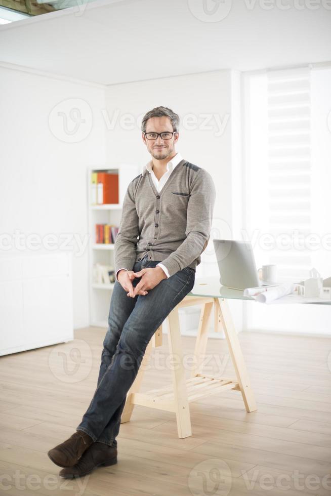 Architekt steht vor seinem Büro foto