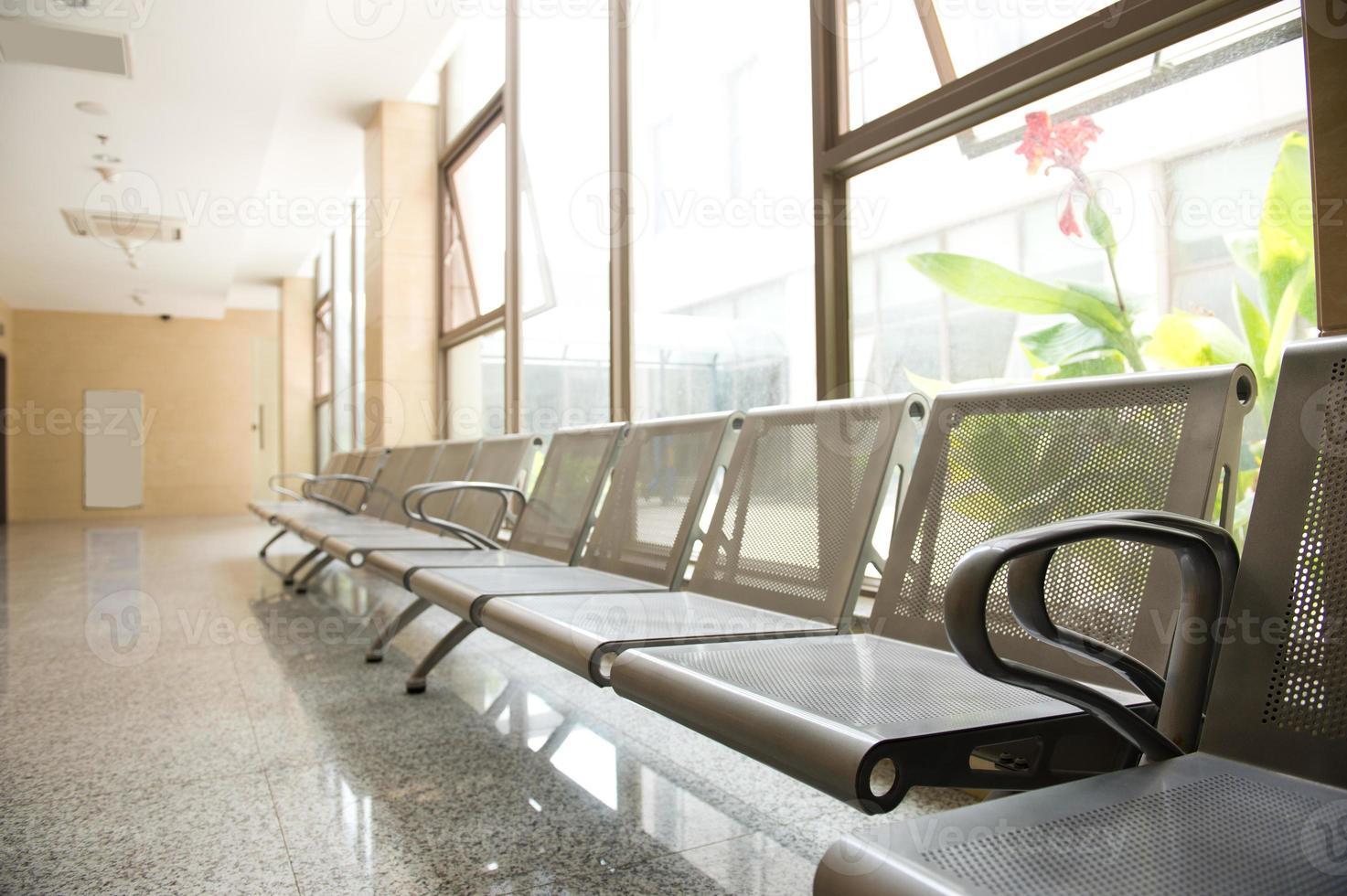 Wartezimmer eines Krankenhauses mit Stühlen foto