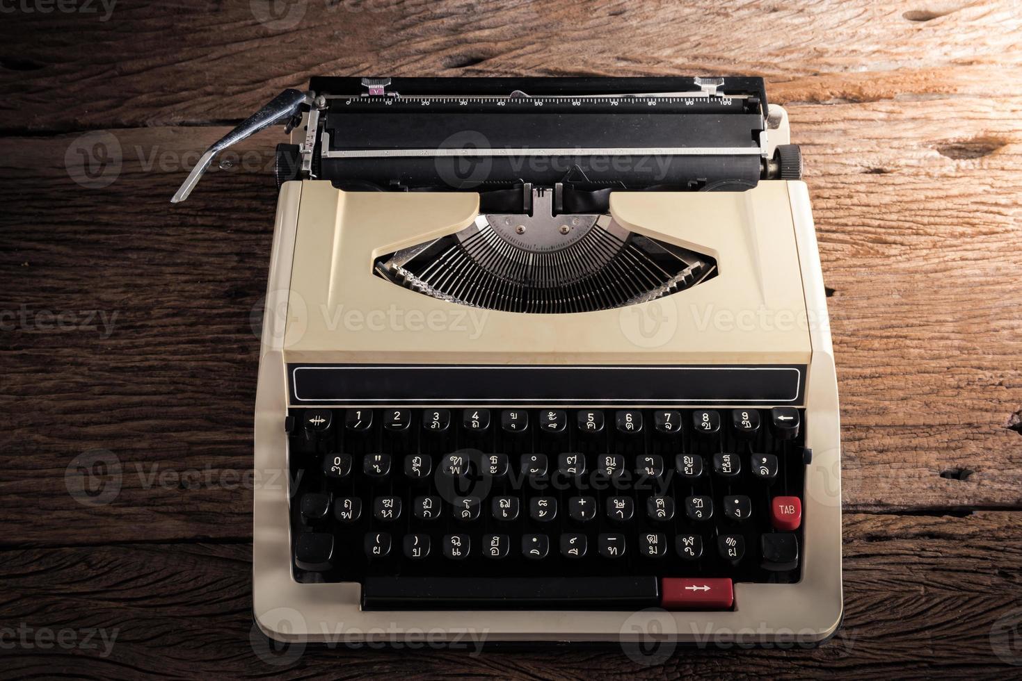 Vintage Schreibmaschine auf Holztisch foto