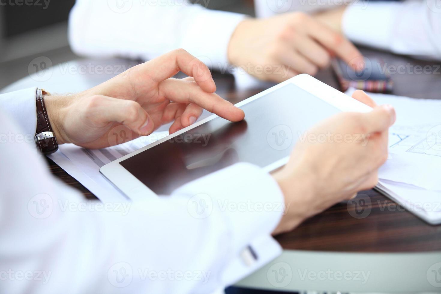 Nahaufnahmebild eines Büroangestellten unter Verwendung eines Touchpads foto