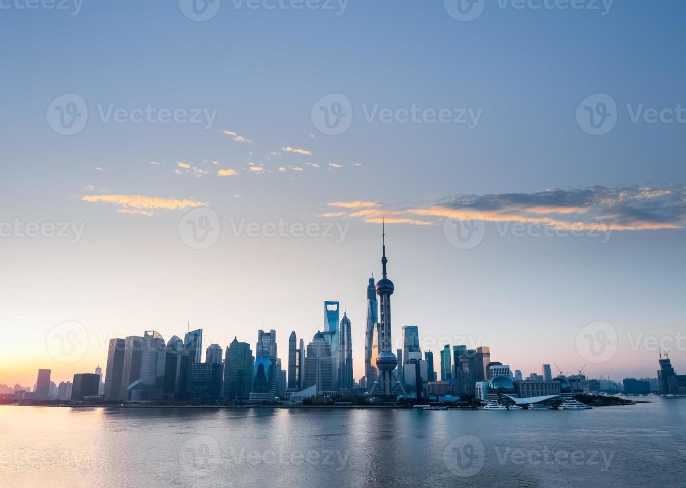 Shanghai Skyline mit rosigen Wolken der Morgendämmerung foto