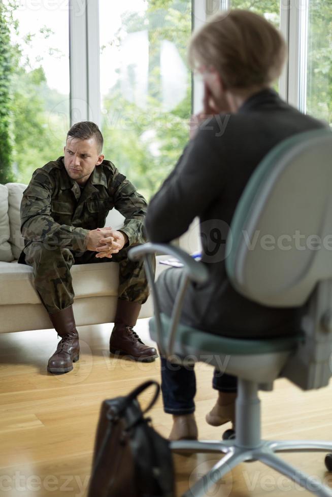 Soldat mit körperlichem Trauma foto