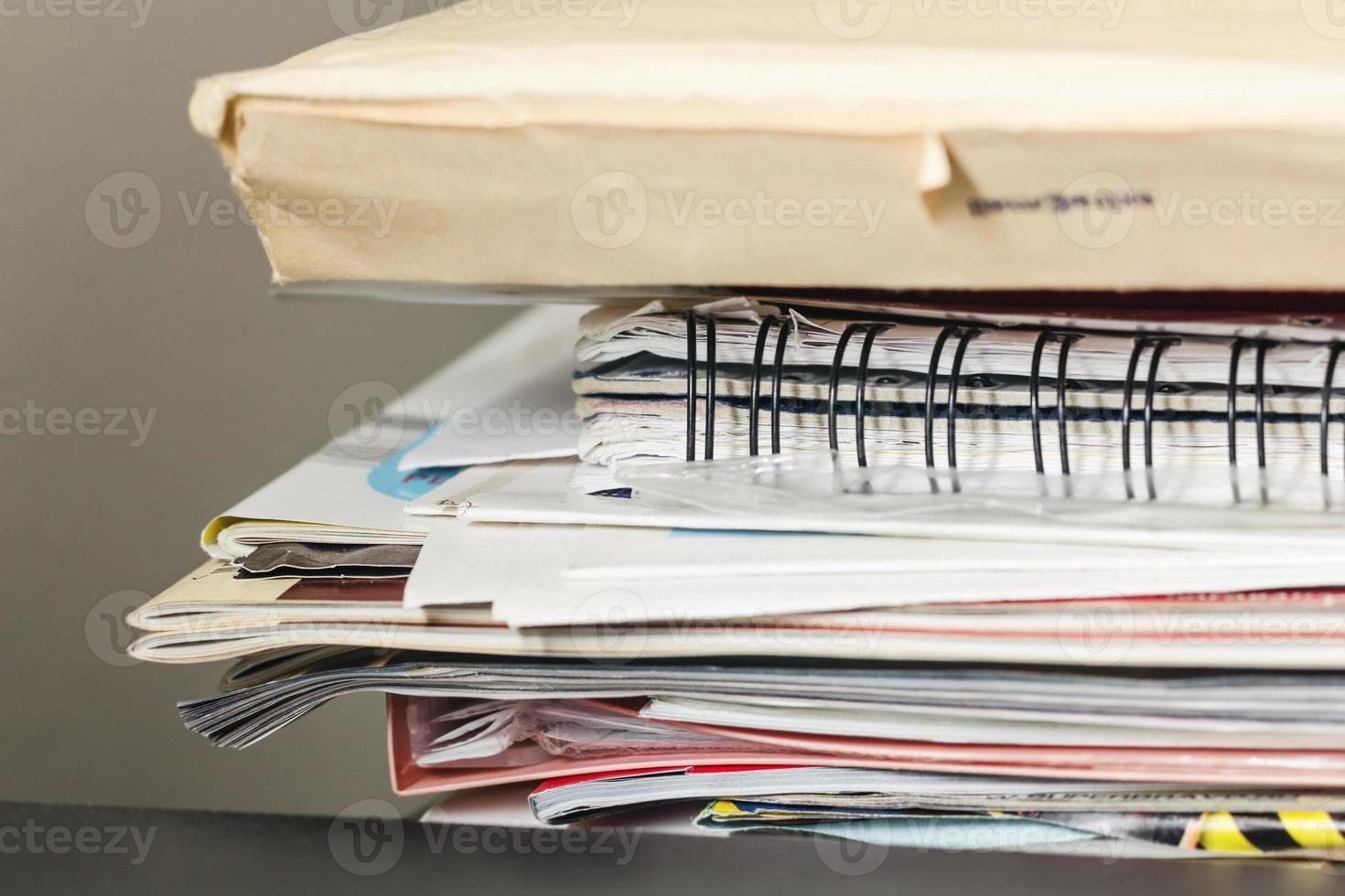 Stapel Zeitschriften und Papiere foto