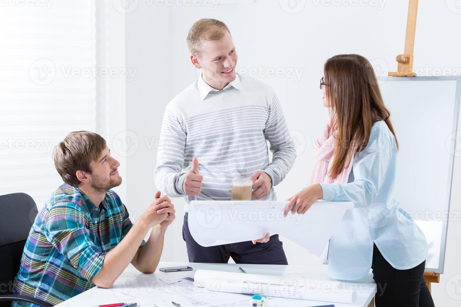 junges Architektenteam bei der Arbeit foto