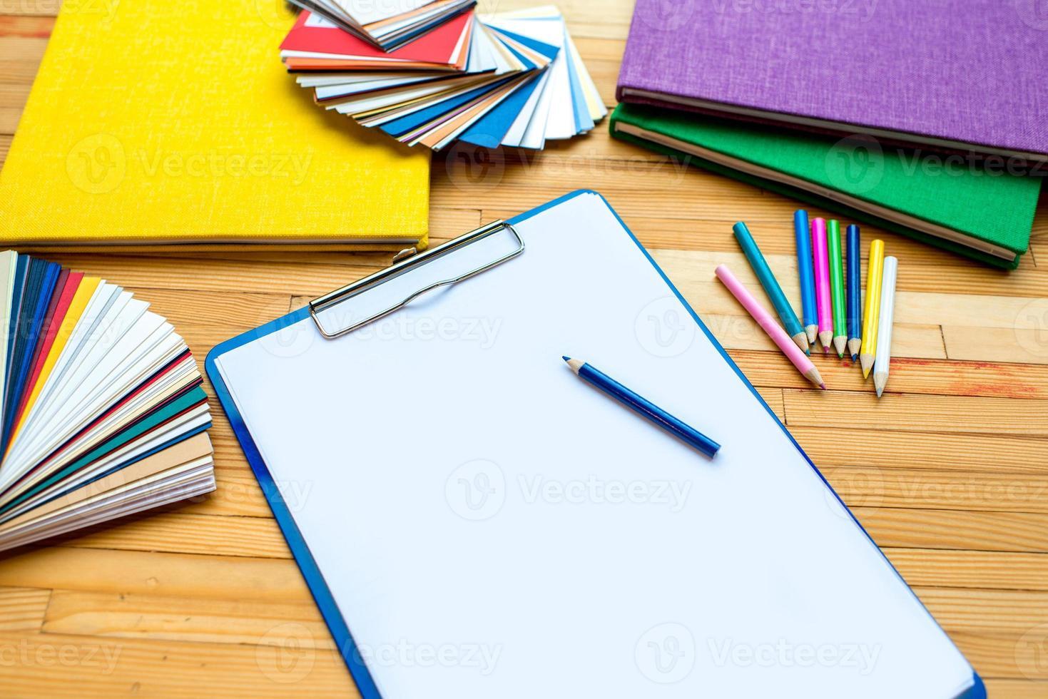 weißes Blatt Papier mit bunten Mustern und Büchern foto