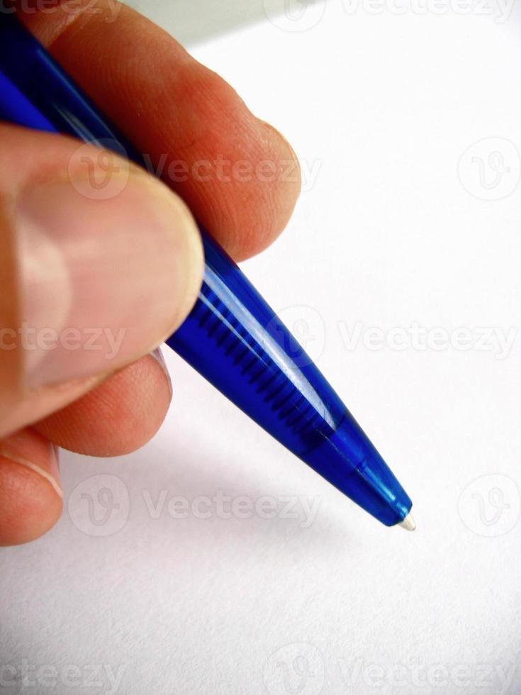 blauen Kugelschreiber halten foto