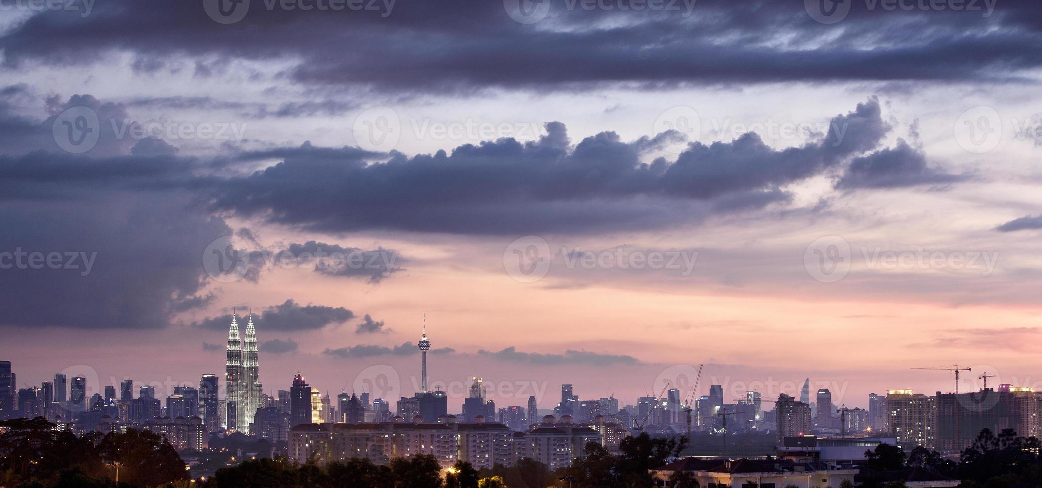 Gebäude in der Sonnenuntergangszeit foto