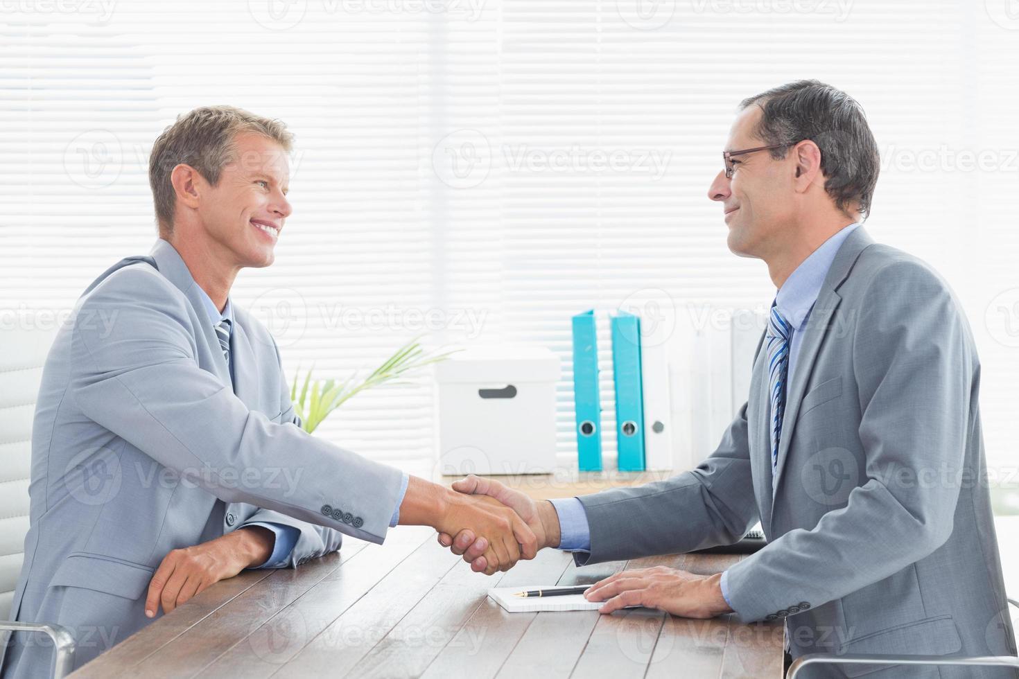 Abschluss eines Vertrages zwischen zwei Geschäftsleuten foto