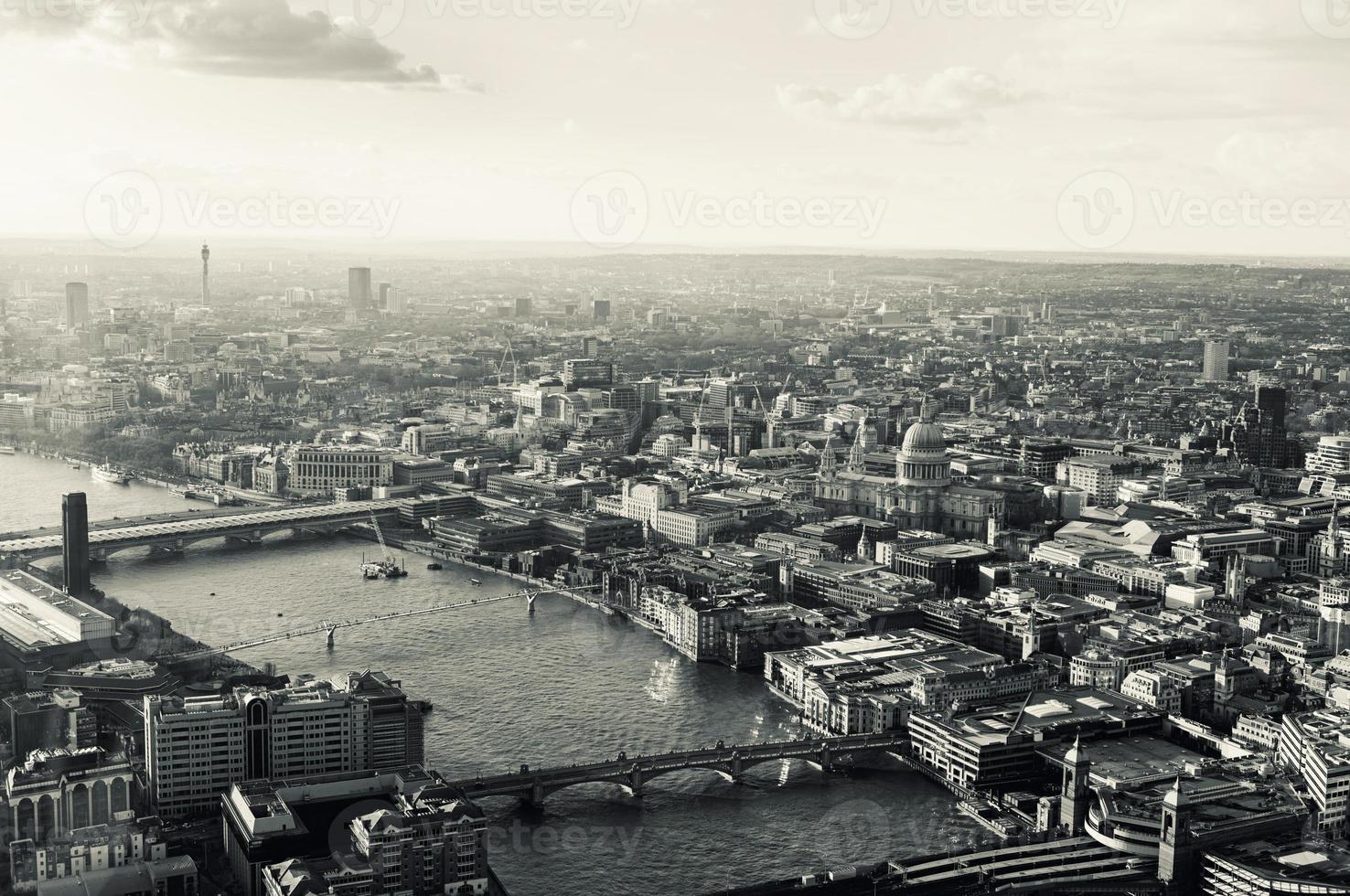 getönte Luftaufnahme der Themse von London und der Stadt foto