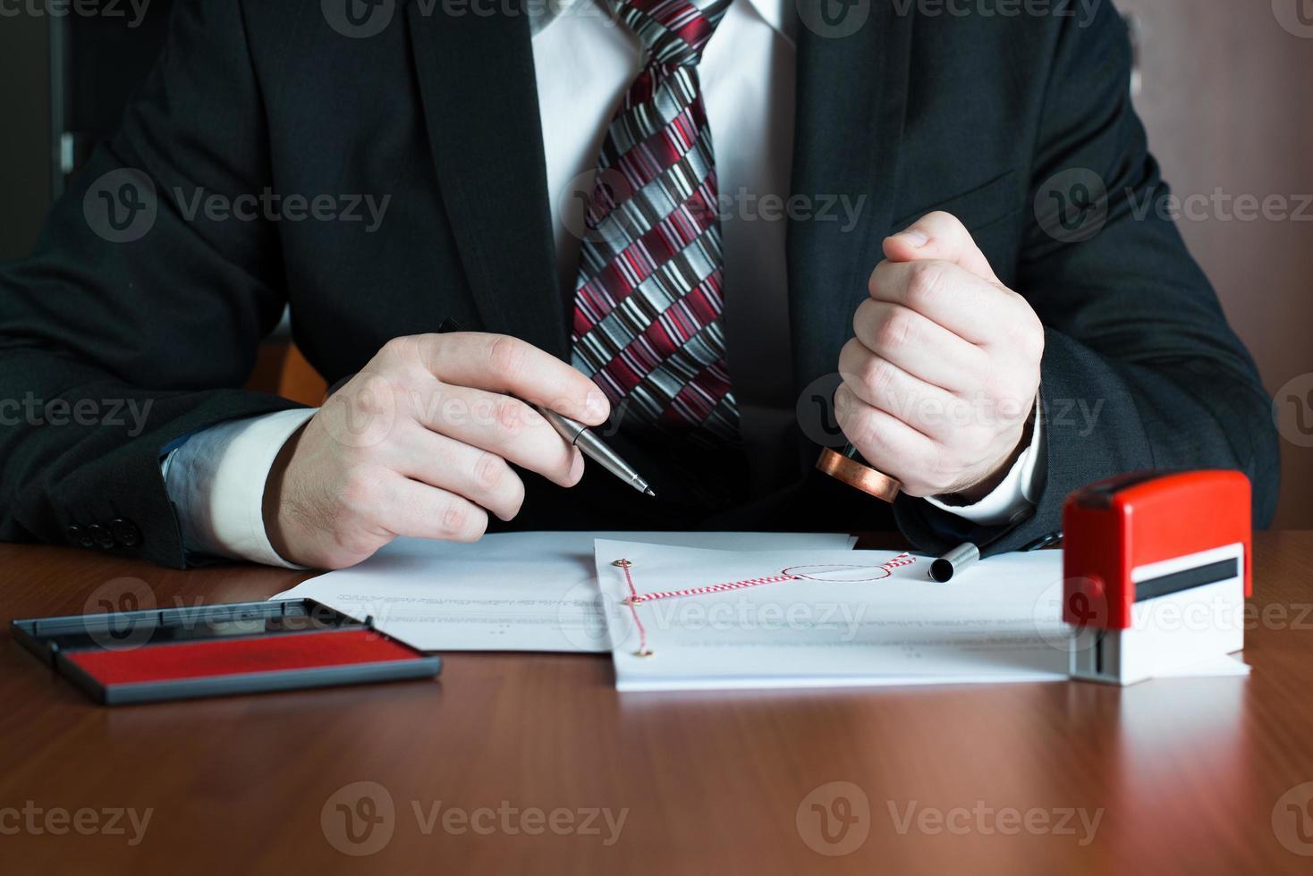 Notar, der ein Dokument abstempelt foto