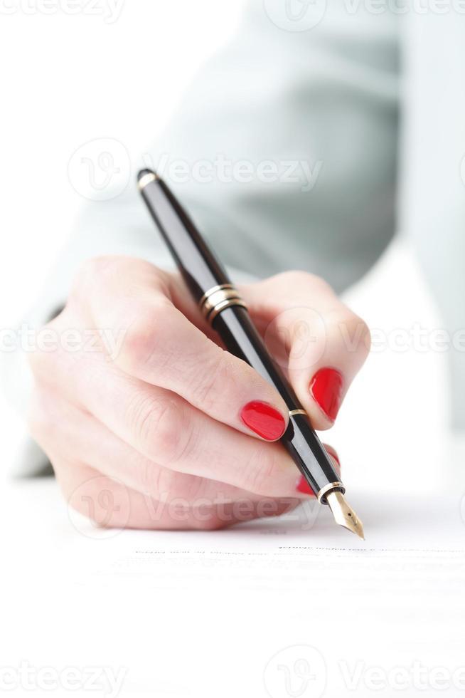 Geschäftsfrau füllen Sie das Formular aus foto