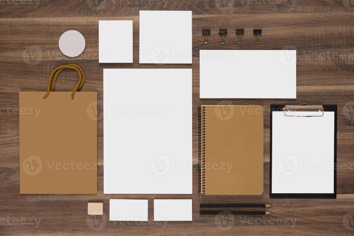 Modellgeschäftsvorlage mit Einkaufstasche und Notizblöcken foto