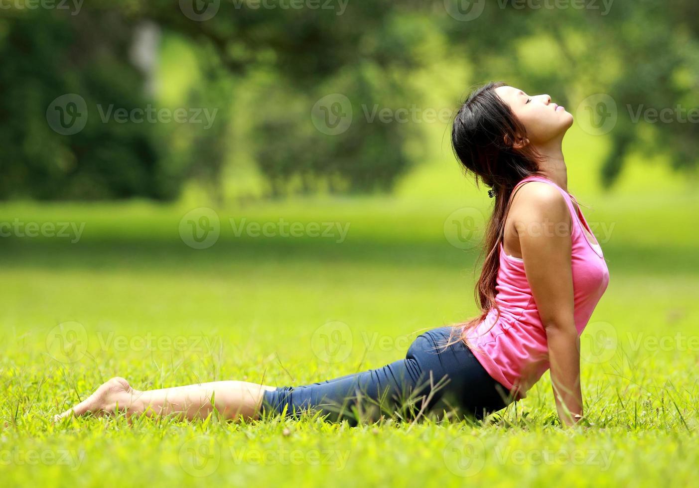 Mädchen trainieren auf Gras foto