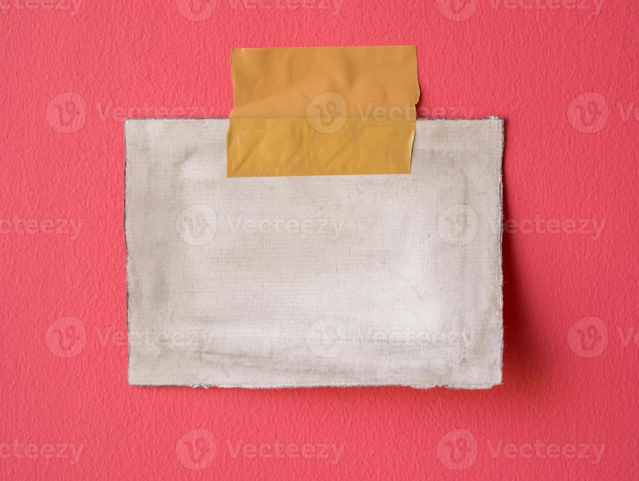 Vintages leeres Notizblockpapier auf rosa buntem Bretthintergrund foto