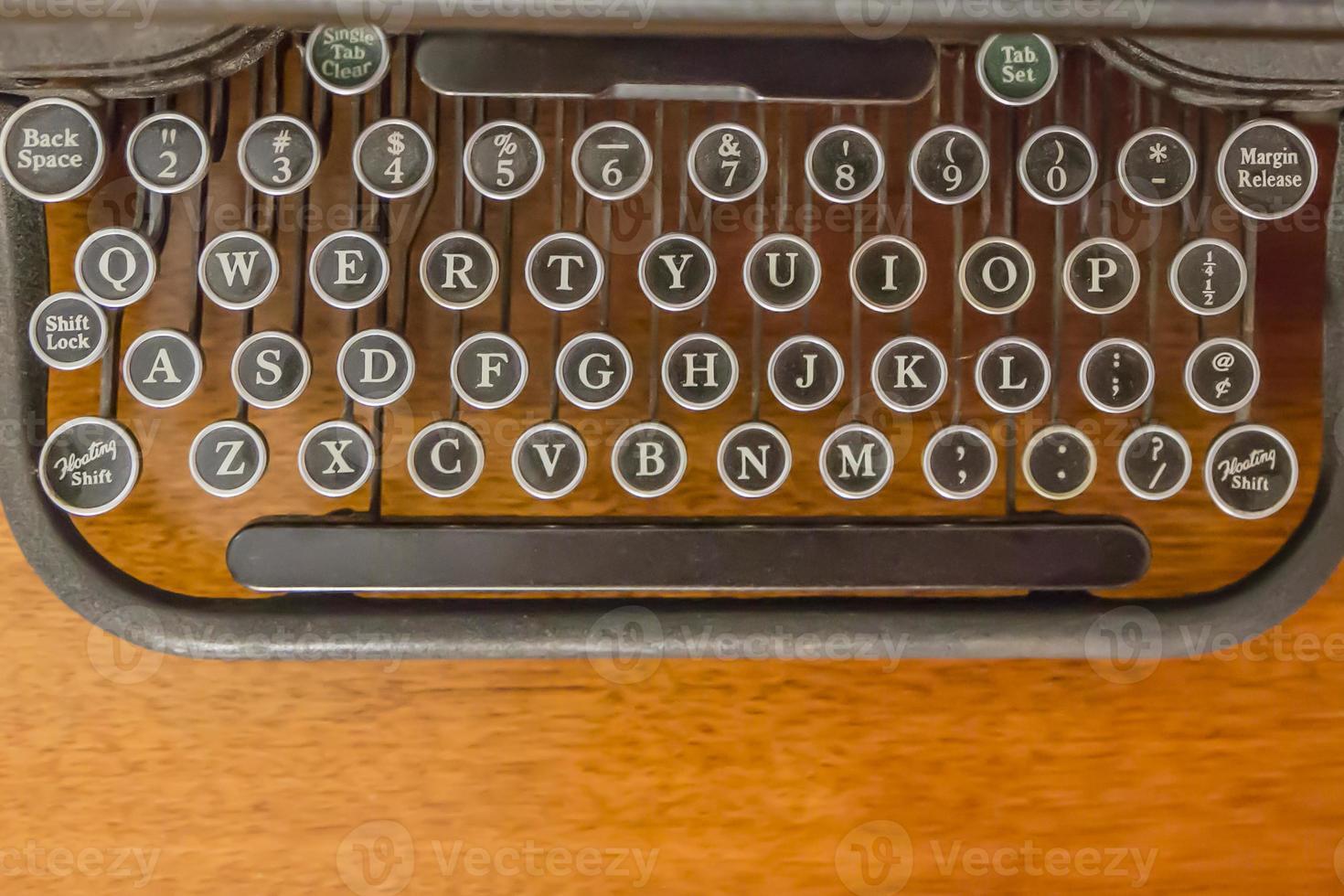 Schlüssel auf antiker Schreibmaschine foto